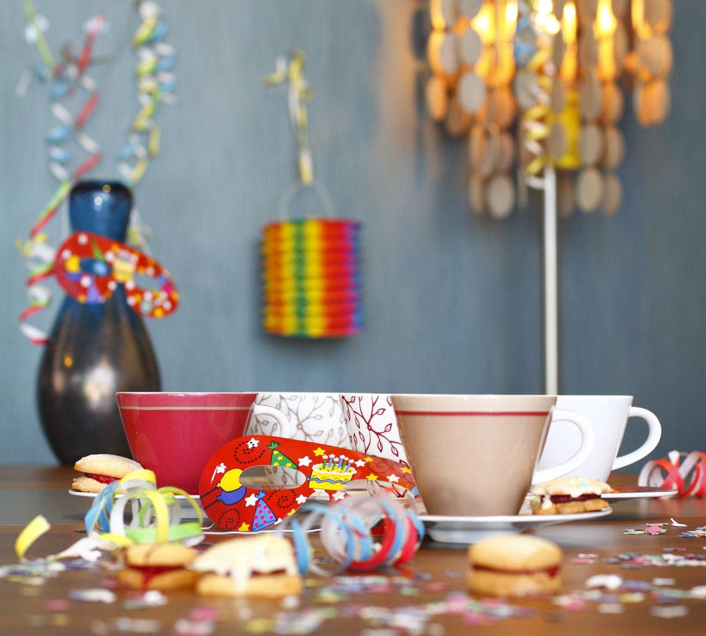 Farebné porcelánové šálky Caffe Club – Floral, Floral Berry, Floral Caramel, Uniberry. Cena šálky 9,50 €, cena tanierika 6,40 €. Predáva Villeroy & Boch, Atrium. Vpozadí modrá sklenená váza, cena 22 €. Predáva BoConcept, Atrium.