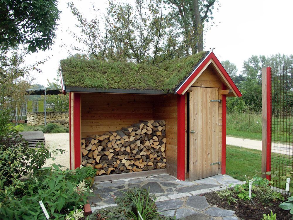 Záhradný domček na náradie so zelenou strechou je tiež presne podľa ekopravidiel, navyše je aj pôvabný.