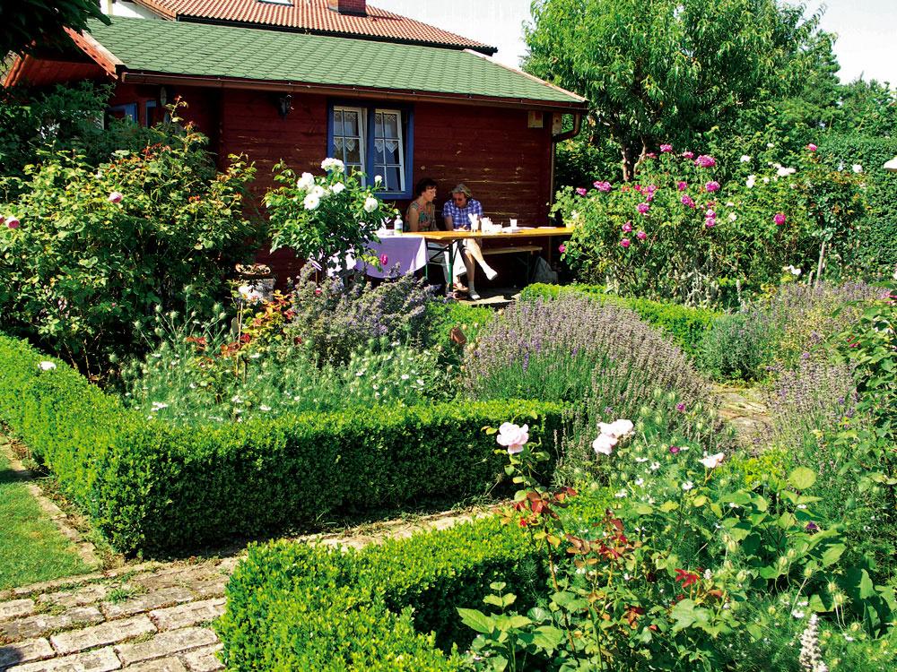 Táto pravidelná voňavá záhradka, plná levandúľ aruží, je však tiež založená podľa princípov prírodného záhradníčenia.