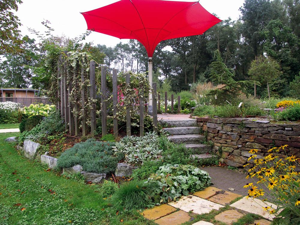 """Tento slnečník """"naopak"""" nie je omyl, ale dobrý nápad, ako zachytiť zrážky nad miestom, kde si chceme posedieť vsuchu. Noha slnečníka je dutá avoda sa ňou zvádza do podzemnej nádrže (preto je posedenie zvýšené). Ztej sa potom záhrada zavlažuje včase sucha. Navyše výsadby po obvode slnečníka nebudú ani po veľkom daždi pováľané."""