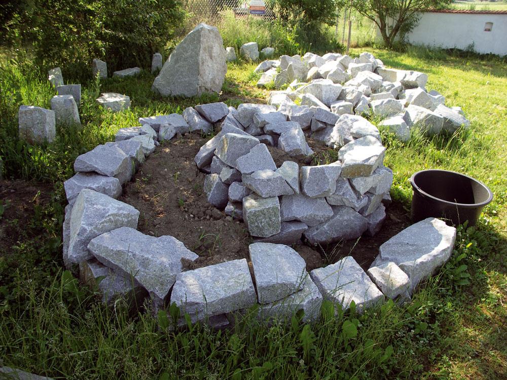 Bylinková špirála je obľúbeným prvkom propagátorov prírodných záhrad. Má typicky prírodný tvar, kamene akumulujú teplo, ktoré veľa aromatických byliniek potrebuje, amedzi nimi sa nájde miesto pre hmyz či jašterice. Vodná nádržka, ktorá ukončuje špirálu vspodnej časti, zachytáva stekajúcu dažďovú vodu avytvára vhodnú mikroklímu pre vlhkomilné druhy byliniek. Len si pri stavbe treba dať záležať, aby bolo celé dielko aj pekné na pohľad.