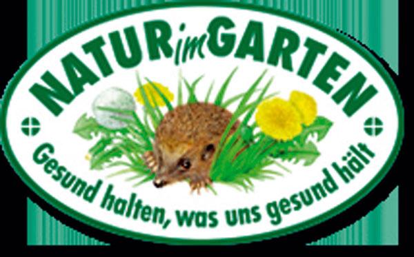 Pravidlá prírodného záhradníčenia dobre špecifikuje aj spoločný projekt českých arakúskych organizácií Prírodné záhrady bez hraníc. Po Dolnom Rakúsku sa do neho vroku 2009 zapojili aj české prihraničné oblasti – Juhočeský aJuhomoravský kraj aVysočina. Plechová plaketka sježkom, ktorá už zdobí množstvo záhrad vDolnom Rakúsku, označuje tie, vktorých sa rešpektujú pravidlá prírodného hospodárenia. Keď je tabuľka väčšia, ide ozáhradu ukážkovú ajej majitelia vás do nej pustia všetko si popozerať. Podobná sieť záhrad sa buduje aj vČechách – viac informácií onej nájdete na www.prirodnizahrada.eu. Stránka okrem toho obsahuje aj množstvo užitočných rád, ako sa ozáhradu starať spôsobom šetrným kprírode iksebe.