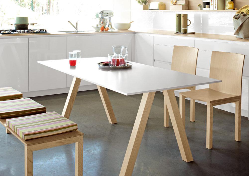 Či vyčleníte priestor na jedálenský stôl vobývačke alebo kuchyni, je na vašom rozhodnutí arozmerových možnostiach miestností. Vobidvoch prípadoch môžete využiť posledný trend lavíc na sedenie. Tam, kde sa ku stolu zmestia dve stoličky štandardných rozmerov, lavica vám vyrieši sedenie aj pre troch ľudí. Zaujímavá je aj kombinácia stoličiek alavice pri jednom stole, keď môže lavica vbežných dňoch slúžiť ako odkladacia plocha alebo príručné sedenie aj vinej miestnosti, aku stene prisunutý stôl sdvoma stoličkami vytvorí viac obslužného priestoru vkuchyni. (foto: Rational)
