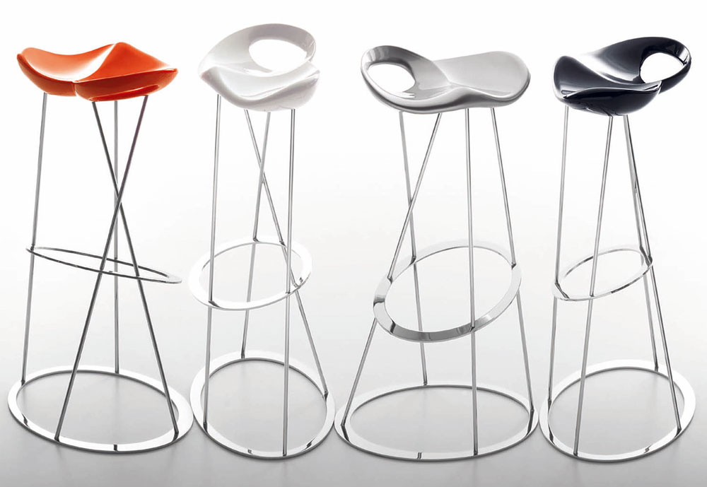 Stoličky môžu byť očosi výraznejšie arozihrané, nech prinesú do priestoru veselú náladu. Tip – barové sedenie vnesie do malého bytu uvoľnenú atmosféru. (foto: Maxdesign)