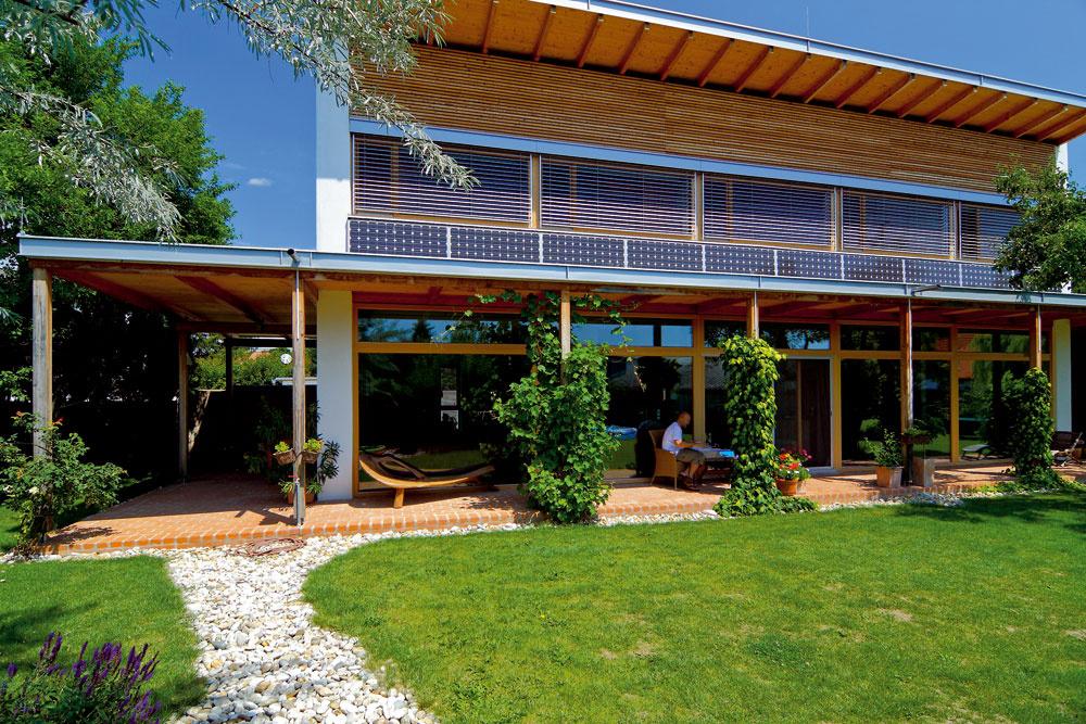 Obvodové steny nízkoenergetického domu vsusednom Rakúsku, ktorý postavil pre svoju rodinu architekt Christian Steiner: prefabrikovaná drevená stĺpiková konštrukcia shrúbkou 32cm, zateplená celulózou, prídavné zateplenie 2 × 5cm (trstinové dosky arohože zo strany interiéru aj exteriéru). Vonkajšie DHF platne slepenými spojmi tvoria vetrotesnú vrstvu, zvnútornej sú strany OSB dosky slepenými spojmi. Lisované trstinové dosky shrúbkou 5cm tvoria zo strany interiéru prídavnú izoláciu ainštalačnú rovinu. U<sub>steny</sub>