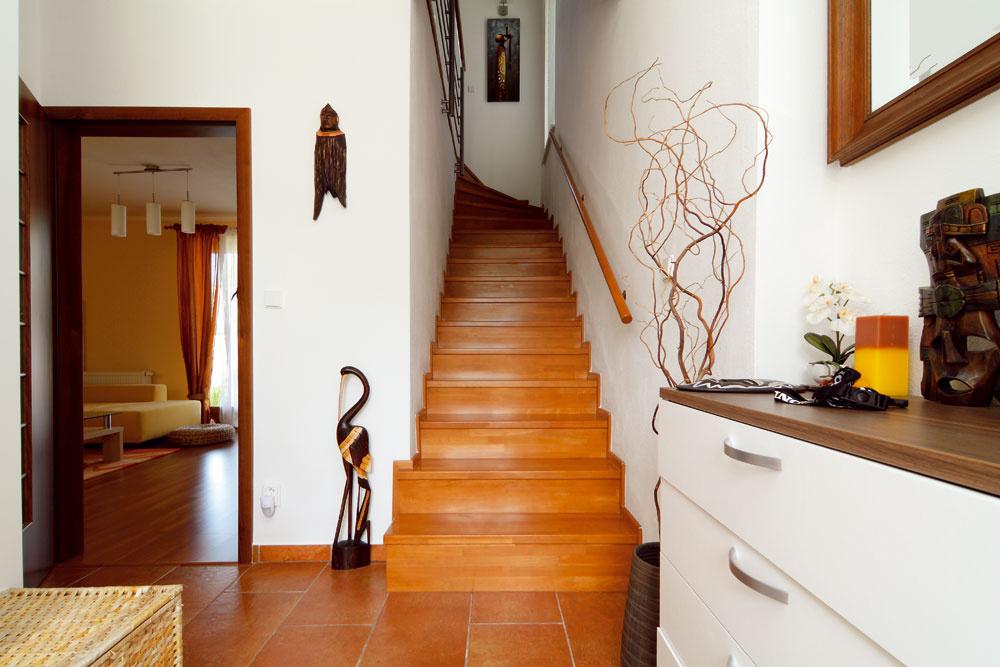 Pôvodný projekt sotvoreným schodiskom vobývacej miestnosti upravili. Vďaka priečke získali viac súkromia iúložný priestor pod schodmi. Investor v tomto prípadne ocenil ponúkanú projektovú variabilitu.