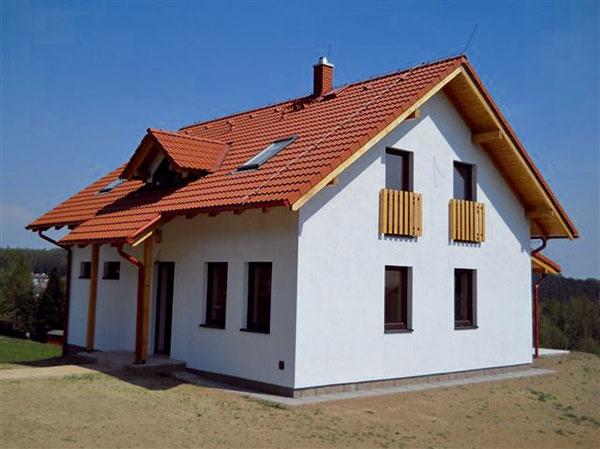 Tento jednoduchý domček zponuky Ekonomických stavieb má úžitkovú plochu 146,6 m2 (zastavaná plocha je 93,6 m2) amôžete ho mať vštandardnom vyhotovení už za 120 000 €. Vtomto prípade sa navyše vybudovala pivnica, čo cenu domu zvýšilo asi o10 600 €.