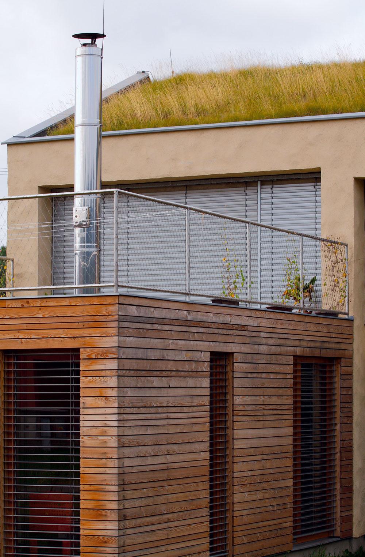 Zelená architektúra sa môže naozaj zazelenať – napríklad strecha domčeka od Osamu Okamuru si bez nároku na špeciálnu starostlivosť zarastá trávou.