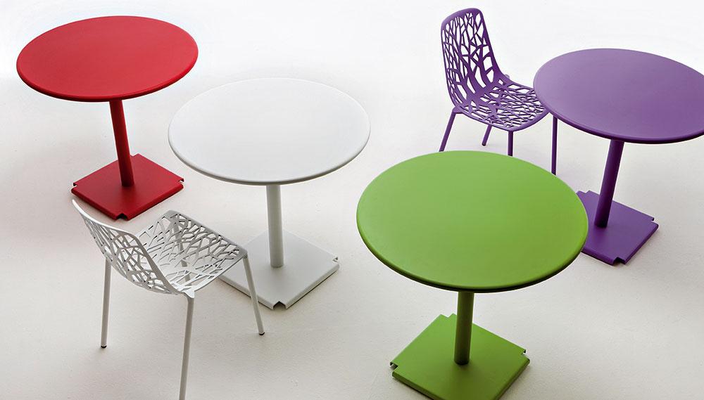 Stolička Pagina od firmy Fast z lešteného hliníka v rôznych farbách. Cena 326 €. Stôl Tonic z lešteného hliníka, priemer 67 cm. Cena 453 €.