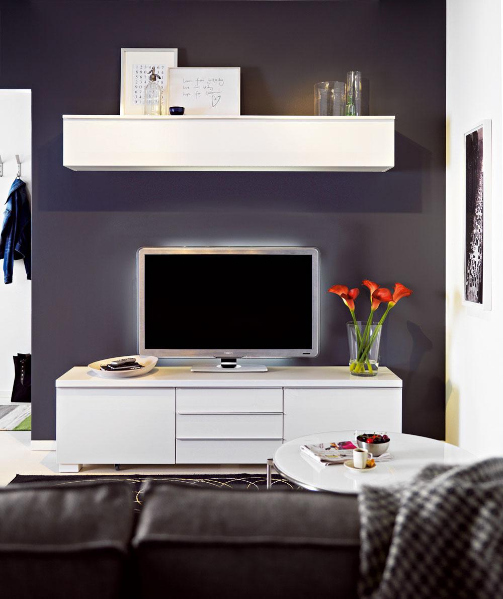 Ak stenu vymaľujete tmavou farbou, nábytok zvoľte svetlý avjednom odtieni. Vytvoríte zaujímavý kontrast, ktorý môžete zjemniť doplnkami voboch farebných odtieňoch. Skrinka pod TV anástenná polica Besta/Burs. Cena 249 a129 €.