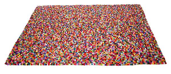 Vlnený, ručne tkaný koberec Bobbel Multi sa vďaka svojej farebnosti aguľôčkovej plasticite stane stredobodom každej miestnosti. Veľkosť 170 × 240 cm. Cena 1 230,90 €. Predáva Kare, LightPark.