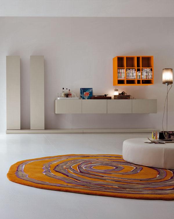 Obývačková zostava Glamour vo vyhotovení lesklý amatný lak. Rozmery: 364,8 × 191,2 × 64,5 cm. Cena 2 900 €.