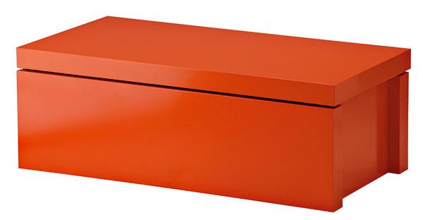 Úložný diel Malm zfarebnej drevotriesky. Dizajn Eva Lilja Löwenhielm. Rozmery: 85 × 42 × 30 cm. Cena  54,90 €. Predáva IKEA.