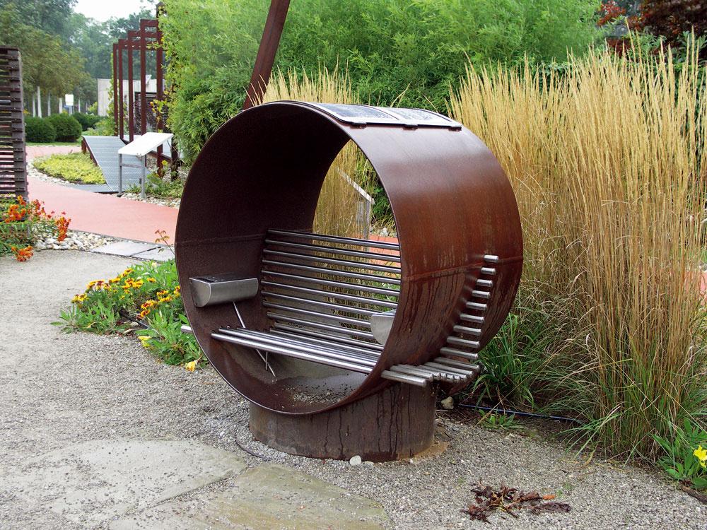 Netradičná industriálna kovová lavica pôsobí mohutne amožno trochu chladne, určite však nezvyčajne azaujímavo.