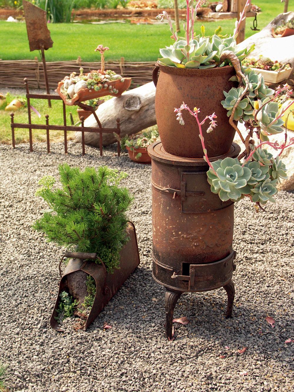 Vo vidieckych záhradách sa občas objavujú ako pôvabne osadené nádoby aj staré hrdzavé predmety, ktoré doma doslúžili.