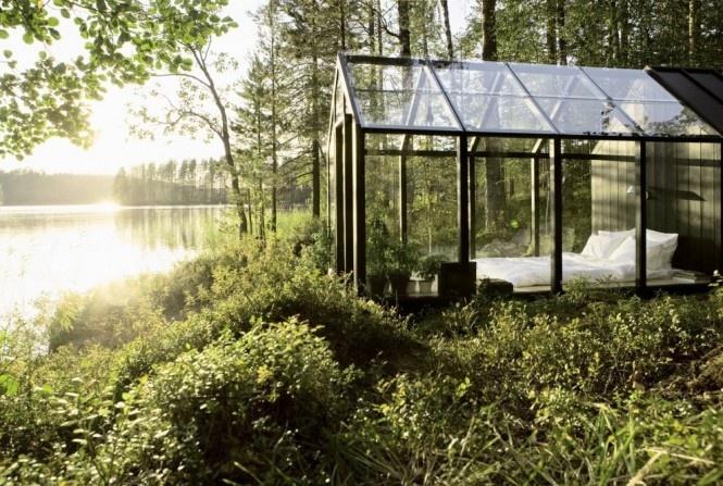 Záhradný domček na náradie vylepšený podľa návrhu architekta Ville Hara a dizajnérky Linda Bergroth. Tento unikátny prístrešok s úložným priestorom je dodávaný v hotových prvkoch, ktoré môžu byť zostavené jednoducho pomocou skrutkovača.