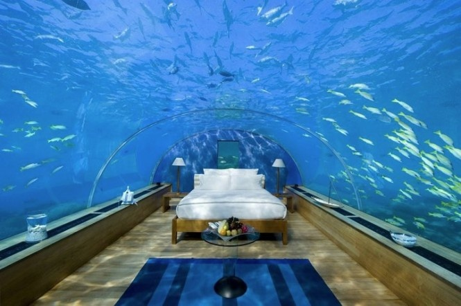 V tejto izbe by ste zažili spánok medzi rybami, možné je to v hoteli Conrad na ostrove Maledivy.