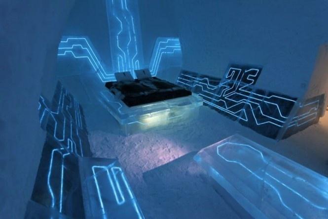 Izba vo Švédsku v ľadovom hoteli inšpirovanom filmom Tron. Táto izba by sa určite nepozdávala zástancom Feng Shui učenia, ktoré hovorí o nepriaznivosti techniky v spálni. V tejto izbe sa človek cíti akoby spal uprostred počítačového čipu – silne modrého a žiariaceho.
