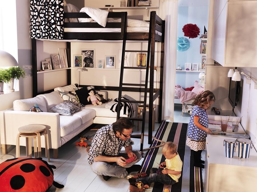 Všetko na jednom mieste, ale aj tak oddelené. Ak pre svoje obmedzené priestorové možnosti nemáte na výber, zvoľte aspoň alternatívu televízor mimo obzor. Posteľ nadúrovňovo povýšte a zrazu vám vznikne priestor na oddych ležmo, aj sedmo. (foto: IKEA)