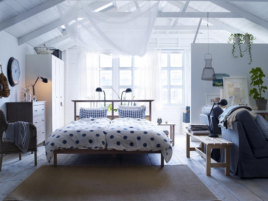 Dovidíme odtiaľ potiaľ. Z postele máte výhľad na ostatný priestor. Zaspíte. Zobudíte sa. Pozriete, ako sa veci majú a v pokoji, že máte všetko pod kontrolou, znovu zaspíte. Spokojnú dobrú noc. (foto: IKEA)