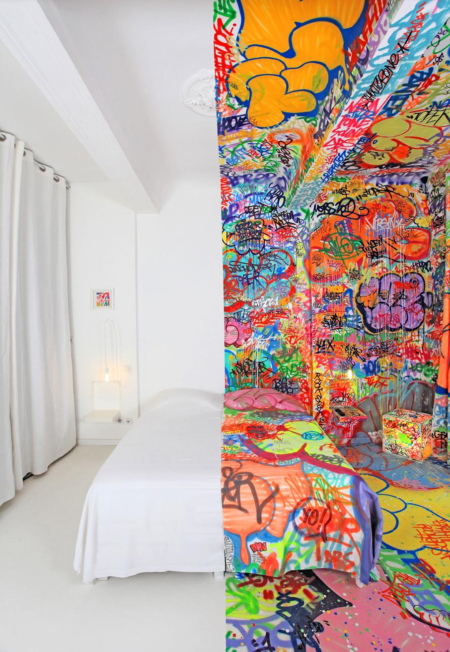 """Jedna z izieb v hoteli """"Au vieux panier"""" v meste Marseille. Vzhľad izby navrhol medzinárodne uznávaný umelec v oblasti grafitov Tilt, ktorý pochádza z južného Francúzska. Hotel ho oslovil pre vytvorenie designu pre jednu z ich izieb."""