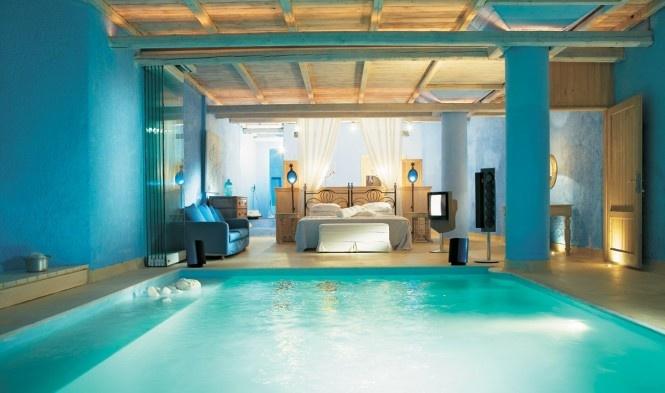 Tento apartmán sa nachádza v gréckom hoteli MikonosBlu. Bazén hneď pri posteli je skvelým miestom pre ranné osvieženie sa. Určite neodporúčame tento typ zariadenia pre námesačných ľudí.