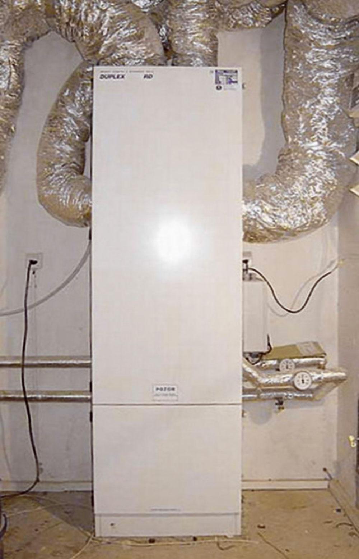Možnosti na osadenie VZT zariadení sú rôzne –závisia od typu konkrétneho zariadenia. Dajú sa namontovať pod strop, na stenu alebo vprípade veľkých jednotiek, ktoré vsebe kombinujú viaceré technologické celky, umiestniť do samostatnej strojovne.