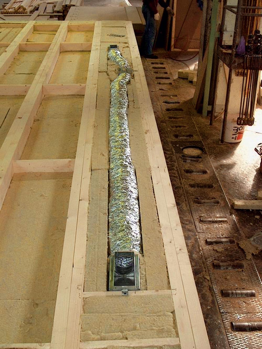 Vprípade drevostavieb možno namontovať vzduchotechnické rozvody do konštrukcií stropov astien už počas dielenskej prípravy.
