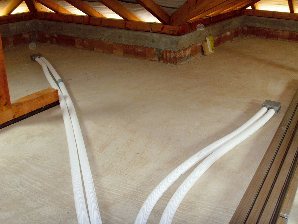Pokiaľ to stavba dovolí, je praktické viesť vzduchotechnické rozvody vpodkroví. Nakoniec sa skryjú azároveň tepelne zaizolujú vizolácii stropu.