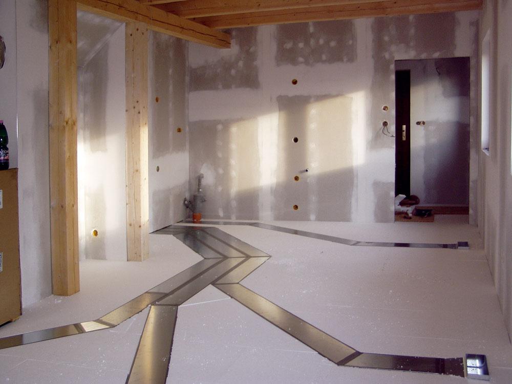 Jednou zmožností, ako riešiť rozvody čerstvého, prípadne aj vykurovacieho vzduchu, sú podlahy. Kanáliky sa osádzajú naúrovni tepelnej izolácie. Vobjektoch steplovzdušným systémom vykurovania tak po komplikovanej montáži všetkých rozvodných kanálov vidno namiesto klasických vykurovacích telies len decentné mriežky na prívod vykurovacieho avetracieho vzduchu.