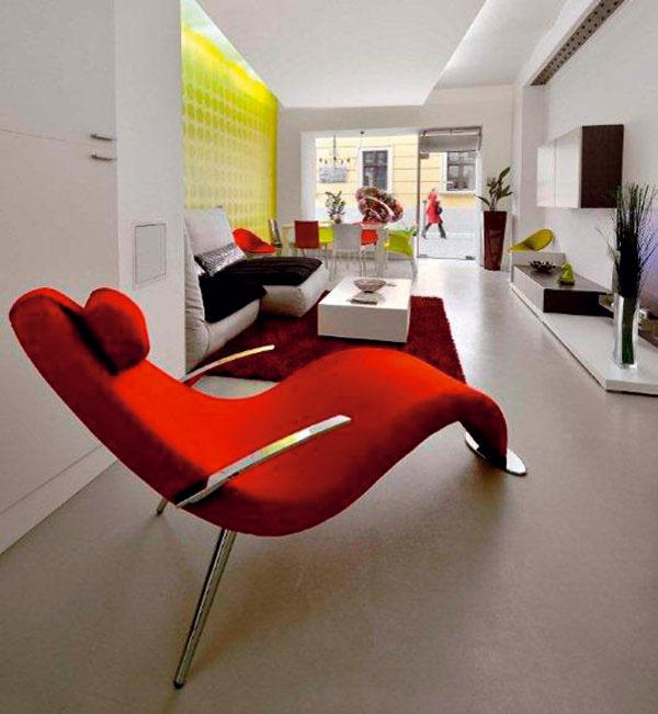 Červenú obľubujú skôr aktívni, dynamickí ľudia, aj tí si však potrebujú občas vydýchnuť. Leňoška Surf od firmy Teys, cena 912,11 €, červený koberec sdlhým vlasom Samba značky Sitap, rozmery 160 × 240 cm, cena 456,96 €, Nova Interier Studio