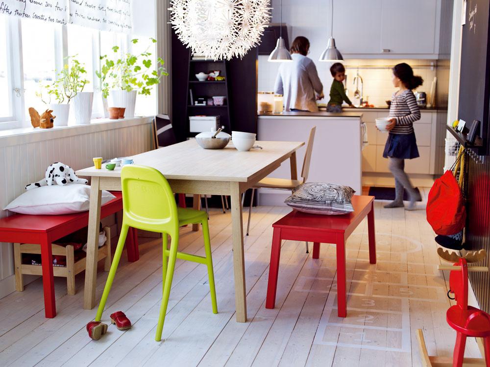Interiér zariadený doplnkami a nábytkom v červenej farbe
