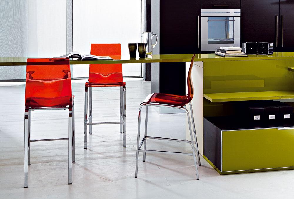 Odvážna farebná kombinácia, kde olivovozelený nábytok kuchynskej linky dopĺňajú červené barové stoličky Gel R skovovou podnožou zo štvorcových profilov vchrómovom vyhotovení, dostať aj vpovrchovej úprave hliníkový lak. Tvarované sedadlo dostupné vpriehľadnom variante vrôznych farbách alebo nepriehľadnom vbielej ačiernej farbe. Výška sedenia 65cm, cena 172,90 €, www.italiastyle.sk