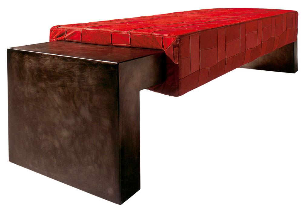 Červenú treba uplatňovať opatrne asmierou, svojim silným vyžarovaním môže pôsobiť priveľmi povzbudzujúco. Priam pozýva na posedenie. Domácka lavica Blake spatchworkovým koženým sedadlom, PlusT, dizajn Wieneke Van Gemeren, rozmery 145×50× 40cm, vponuke aj väčší rozmer, cena od 704,40 €, Nova Interier Studio