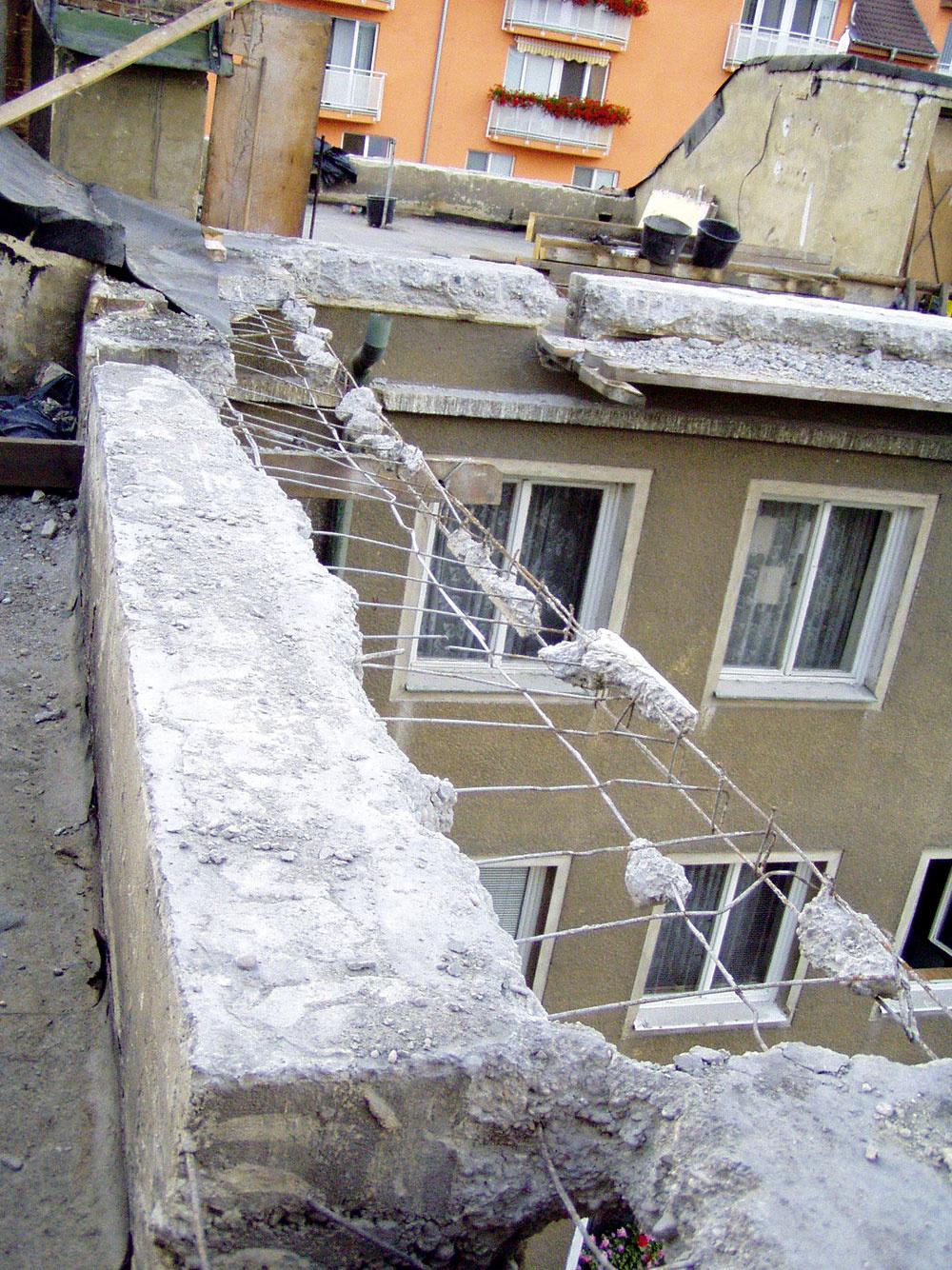 Búračka betónového venca po obvode najvyššieho podlažia bola nevyhnutná pre odľahčenie pôvodného objektu. Najprv ju však musel schváliť statik.