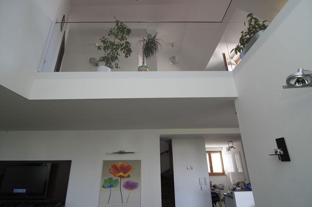 Galéria nad obývacou izbou so zábradlím z  tvrdeného skla patrí k  ozdobám otvorenej časti bytu. Súčasne dovoľuje, aby svetlo voľne plynulo cez dve podlažia. Jediné, čo v  tomto prípade ľutujú, je málo miesta pod šikminou strešného nárožia.