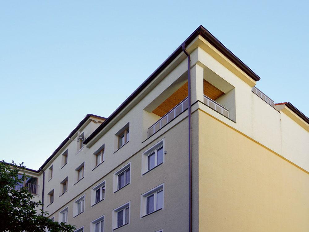 Nárožie prvého podlažia na predĺžení pôdorysu obývačky neuzatvorili obvodovými stenami; obytný priestor tu vďaka terase pokračuje do exteriéru. Nový hrebeň strechy prevýšil susedný o  necelých 50 cm. Okenné otvory nadstavby, lodžie a  terasy zachovávajú osi otvorov nižších podlaží pôvodného objektu.