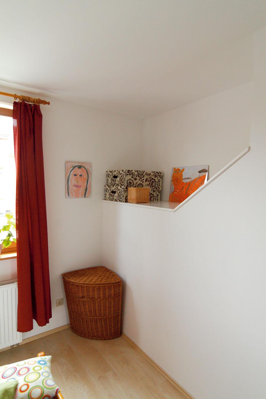 Spálňa rodičov v  prvom podlaží má spoločnú stenu s  domovým schodiskom. Zvukovo ju odizolovali a  šikminu nad schodiskovým stropom využili ako odkladací priestor.