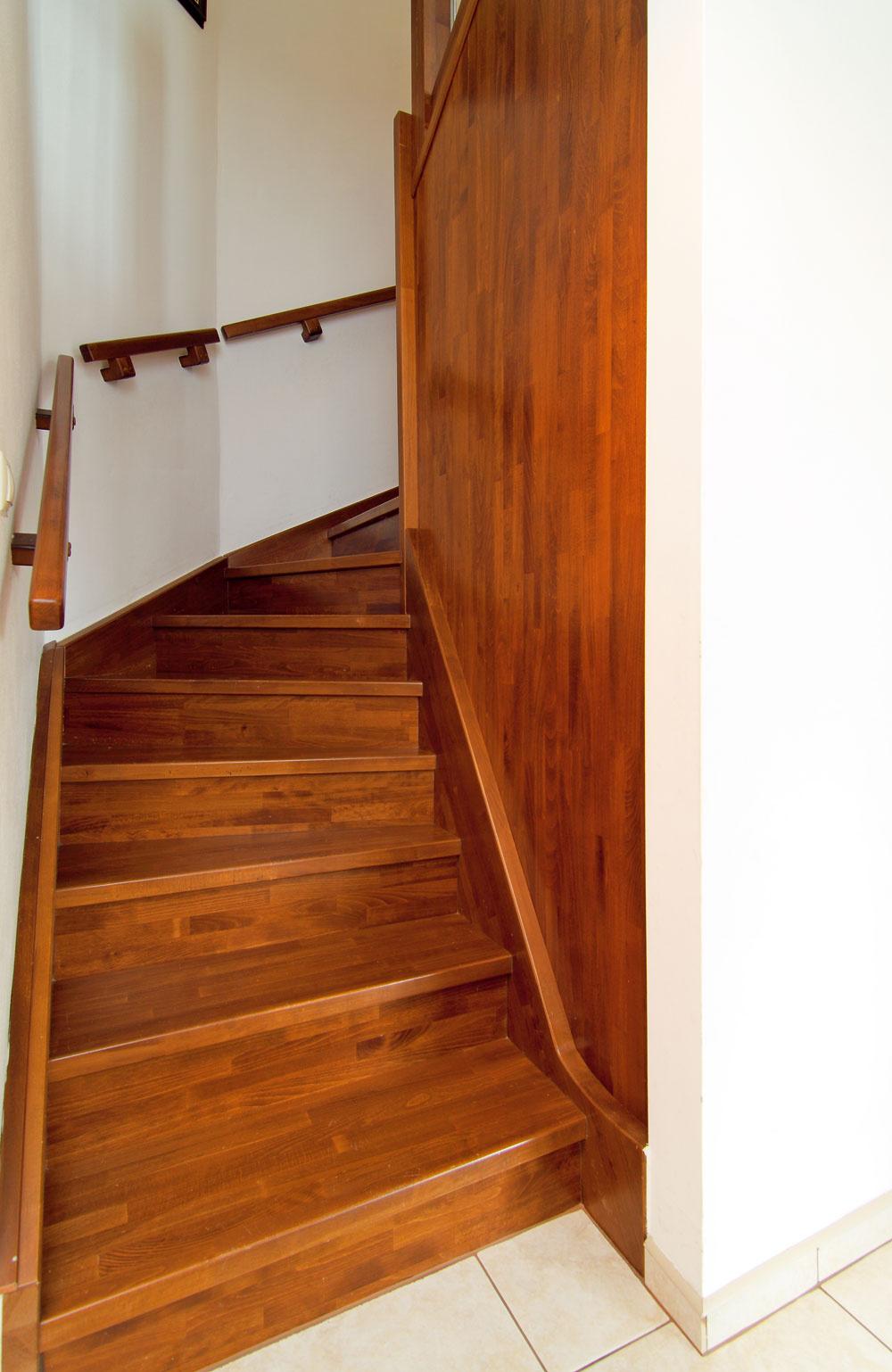 Pod dreveným schodiskom je ukrytá malá šatňa.