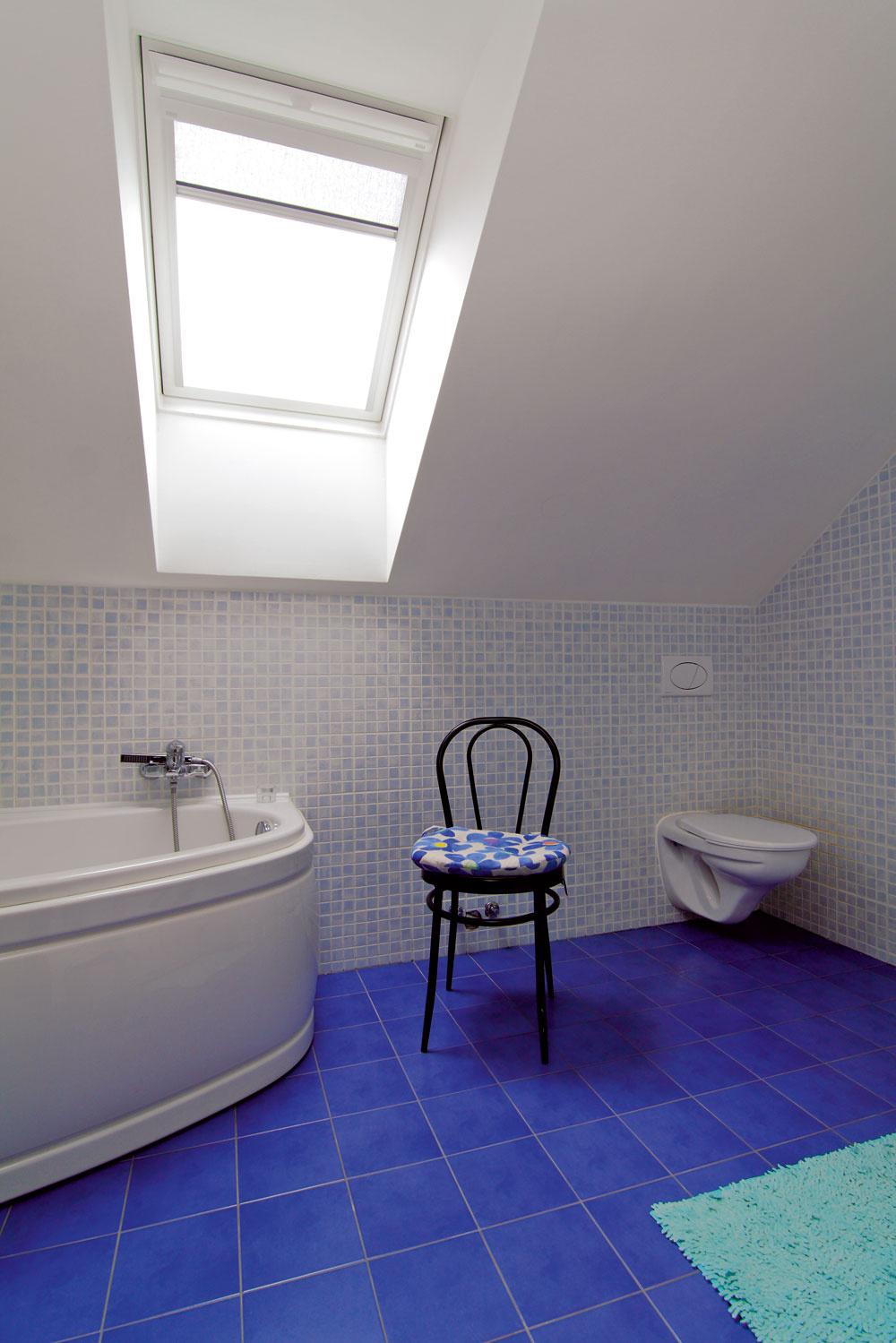 Na oboch podlažiach majú kúpeľňu. Tá prvá sa nachádza vľavo od vstupu do bytu a  slúži najmä rodičom. Deti majú svoje izby v  podkroví a  hneď cez malú chodbu na skok do detskej kúpeľne.