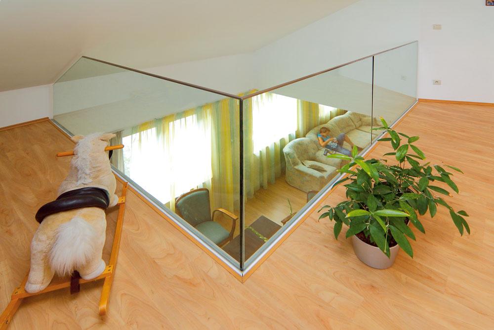 Átrium v byte a sklenené zábradlie pod šikminou prepojili spoločensky a opticky obe podlažia. Zdeno sa ponosuje, že mohol včas požiadať o zmenu projektu a získať tak väčšiu plochu s podchodnou výškou súcou pre chlapa.