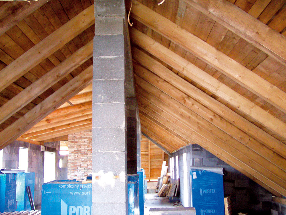 Nosné monolitické stĺpy zo železobetónu s  prierezom 300×300 nesú prievlaky, ktoré vytvorili podporu pre vrcholové väznice dreveného krovu.