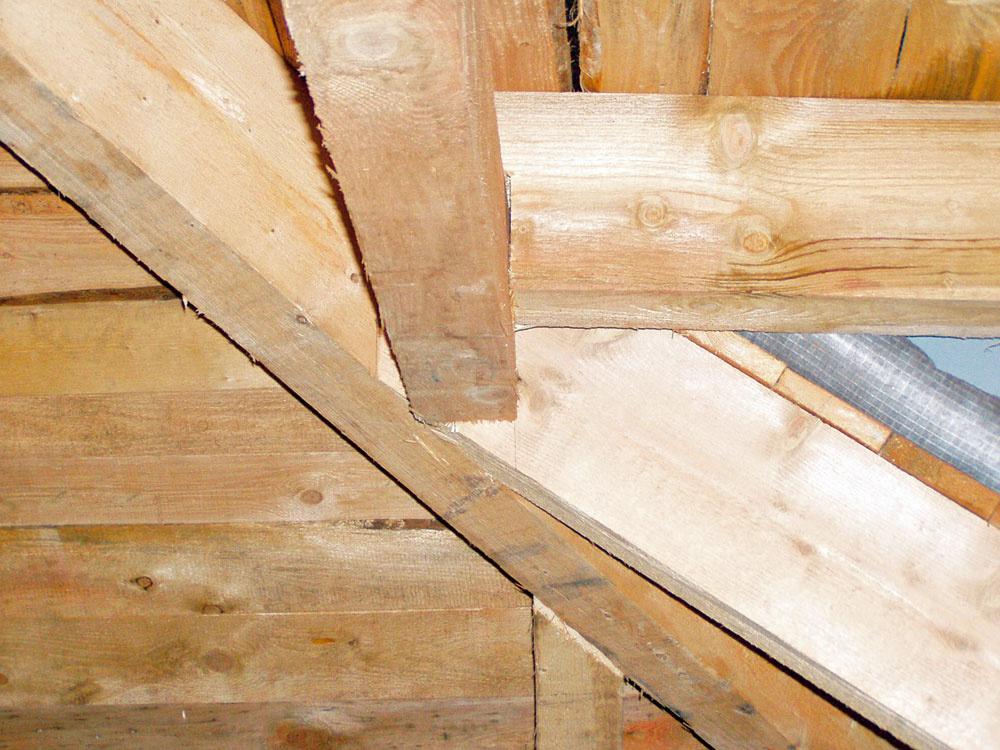 Drevený krov z  opiľovaného smreka prikryli záklopom zo smrekových dosiek hrubých 2,5 cm.