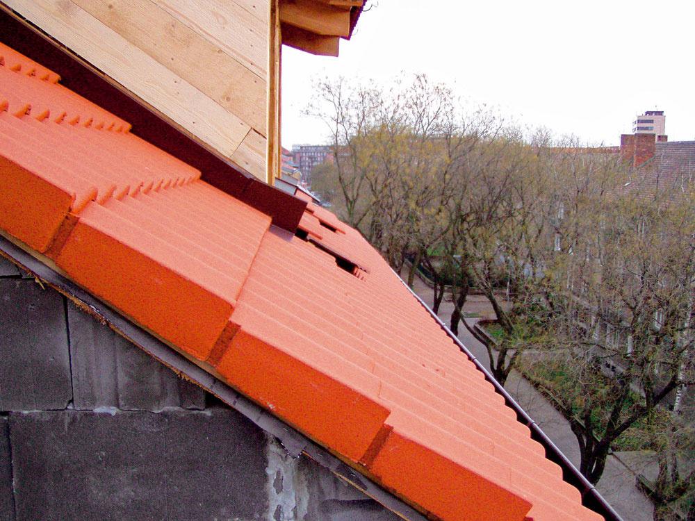 Na latovanie ukladali betónovú škridlu Bramac, úžľabia a  prestupy iných konštrukčných prvkov, akými sú aj vikiere, cez rovinu strechy oplechovali Lakoplastom.