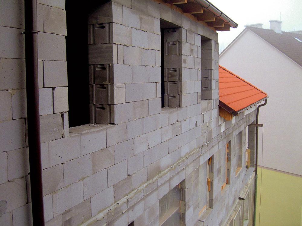 """""""Prístup pre mechanizmy bol katastrofálny, pre zvislú prepravu stavebných materiálov sme vynechali dočasný otvor v  streche nad štítovým múrom a  využili sme aj priestor budúcej terasy."""""""