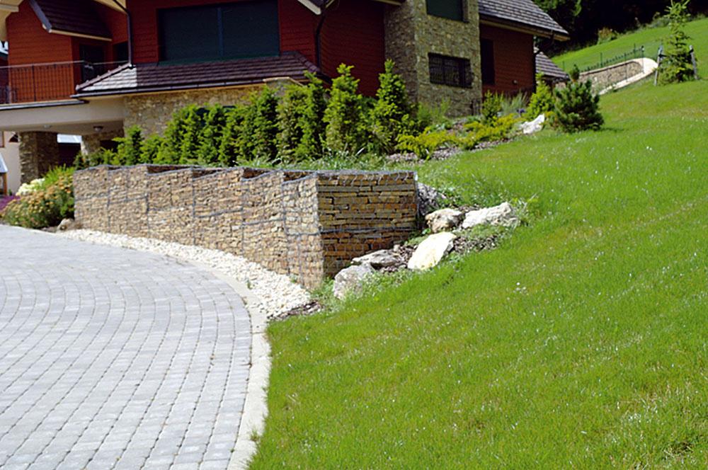 Akýmsi moderným variantom suchého múrika sú gabióny – drôtené koše, do ktorých sa kamene naukladajú. Sú pre svah ozaj solídnou oporou aponúkajú pomerne široké možnosti na uplatnenie záhradnej kreativity. Kiežby sme ich unás vídali častejšie.