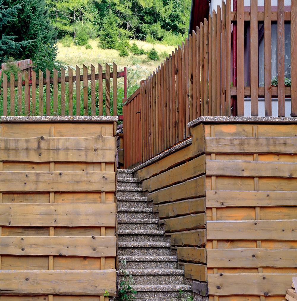 Teoreticky by sa mohlo zdať, že drevo sa ako prírodný materiál hodí do záhrady za každých okolností, tento prípad však potvrdzuje, že existujú aj výnimky. Drevo tu nevyzerá prirodzene a chýba mu zeleň, navyše je v celom tomto štýlovom guláši priveľa rôznych tvarov, foriem, farieb aj materiálov.