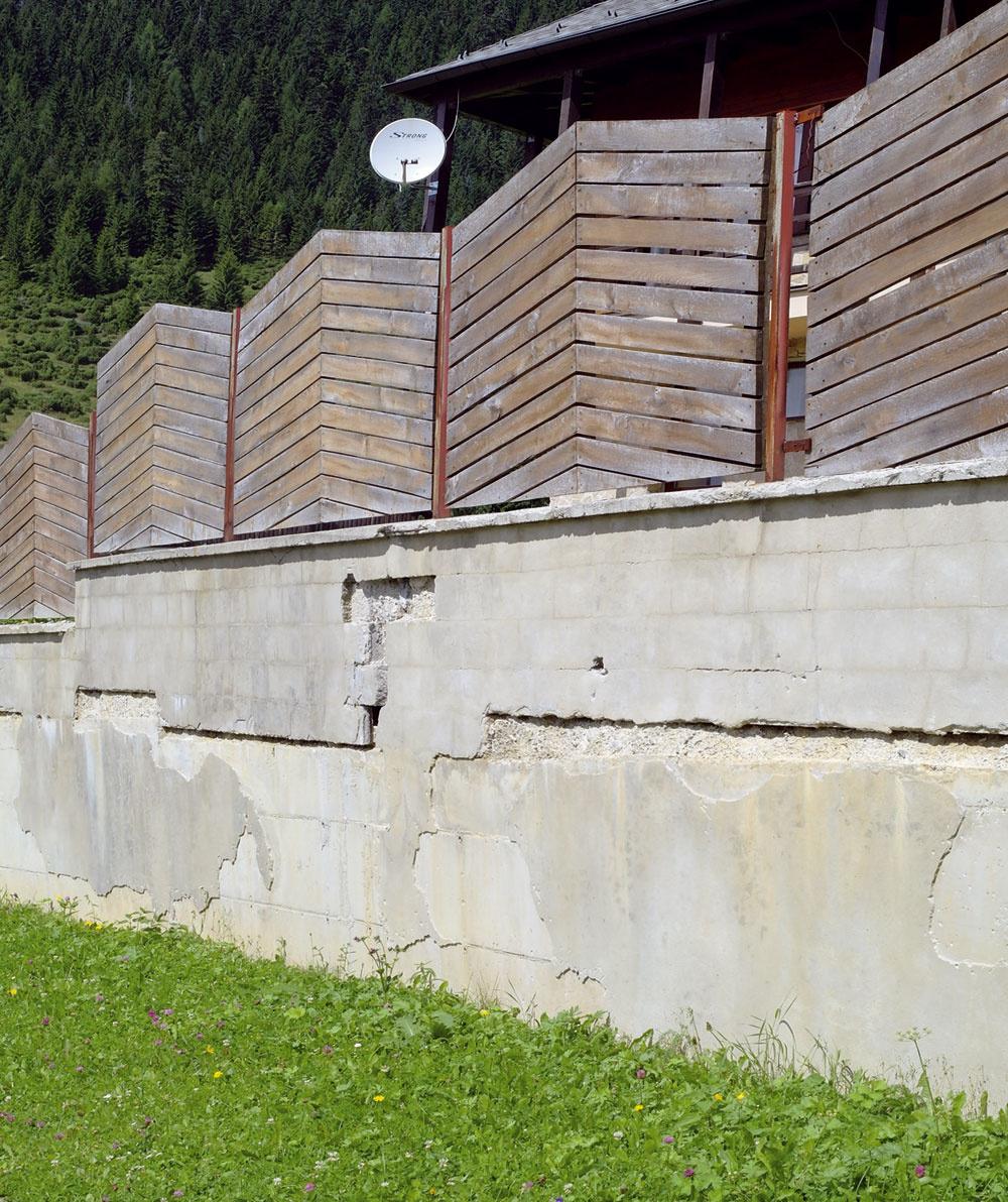 Ani betón nevydrží všetko. Betónové oporné múriky, najmä tie vyššie, si vyžadujú oceľovú výstuž, či už sú zbetónu liateho do klasického debnenia, alebo zdutých tvárnic, ktoré sa zalievajú betónom. Dôležité je tiež odvodnenie – ako drenážna vrstva štrku, tak aj priesakové otvory, inak môže voda narobiť peknú šarapatu, betón-nebetón. Onepríjemne neprírodnom vzhľade tohto príkladu ani nehovoriac.
