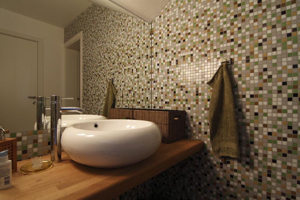 Vdome sú kdispozícii štyri kúpeľne, táto je súčasťou priestoru na saunu. Všetky hygienické zariadenia vyberali manželia spolu sarchitektom vjedinom kúpeľňovom štúdiu. Chceli sa vyhnúť chodeniu po obchodoch.