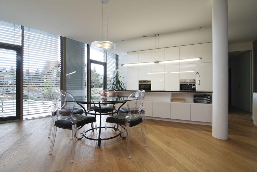 Kuchyňu navrhol architekt, domáci si len vyžiadali dlhší pracovný pult. Jedálenský stôl si priniesli zterasy predchádzajúceho domu. Vymenili len pôvodné rotangové kreslá.